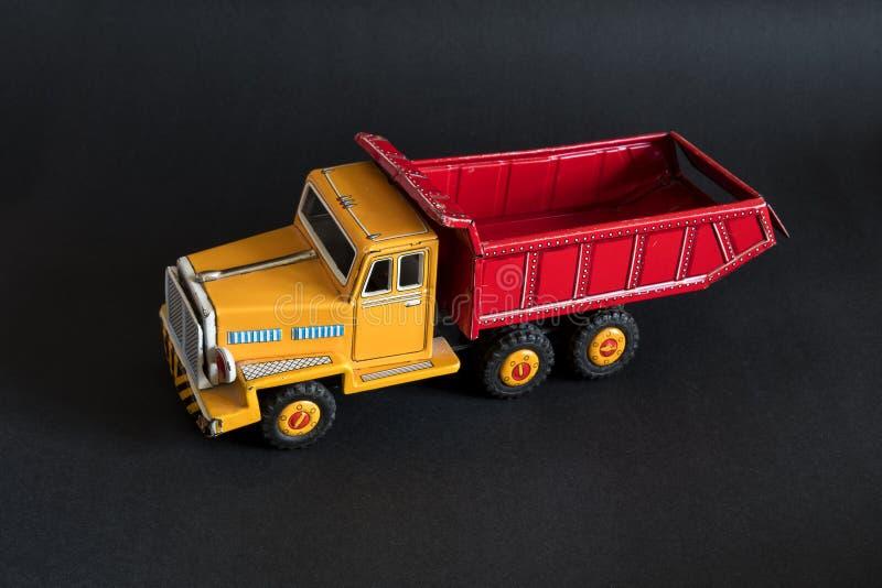 Тележка игрушки красного цвета и желтого цвета стоковые изображения rf