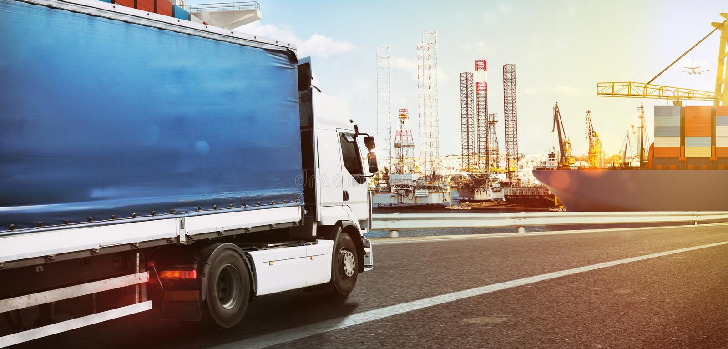 Тележка путешествуя быстро к коммерчески порту на заходе солнца стоковое изображение rf