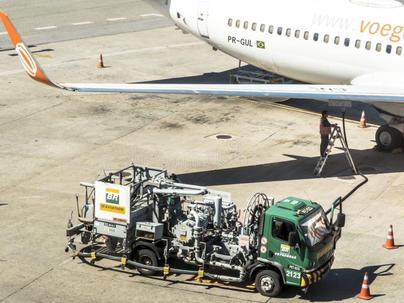 Тележка топлива заправляет топливом воздушное судно стоковые изображения