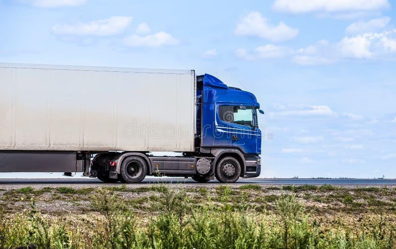 Тележка транспортирует перевозку на шоссе стоковые фото