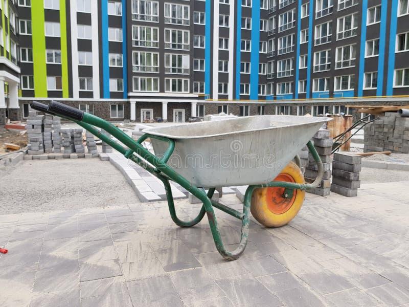 Тележка цемента во дворе конструкции стоковое фото