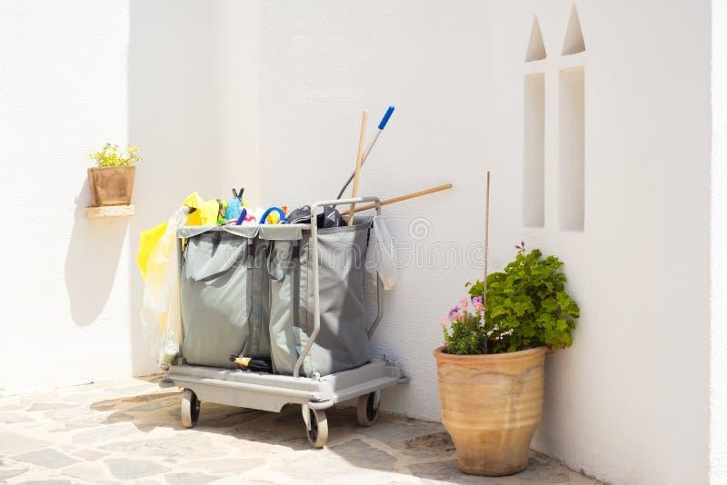 Тележка чистки или вагонетка привратника outdoors стоковые фотографии rf