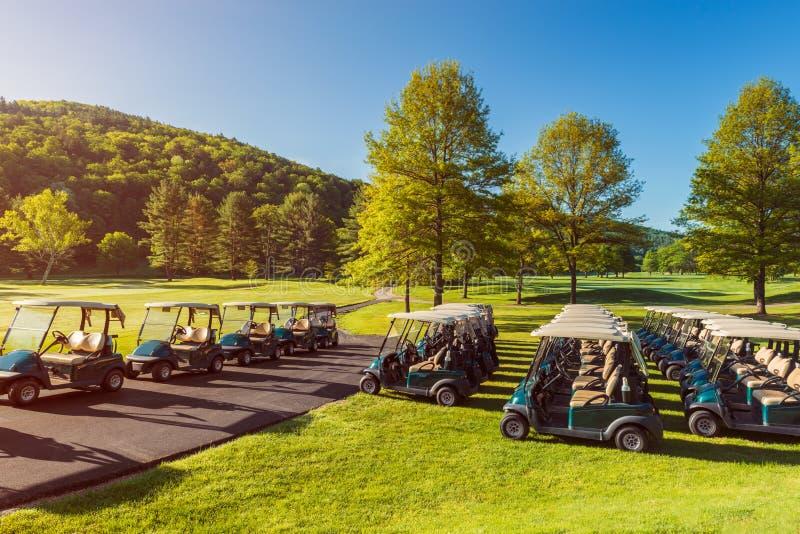 Тележки гольфа на поле для гольфа в Вермонте США стоковое изображение