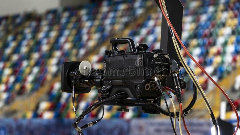 Телекамера на кране вне студии Видеокамера вися на кране подготавливает стоковое фото rf