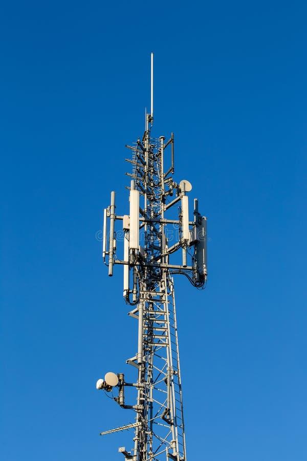 Телекоммуникации возвышаются на небе brigt голубом стоковое изображение