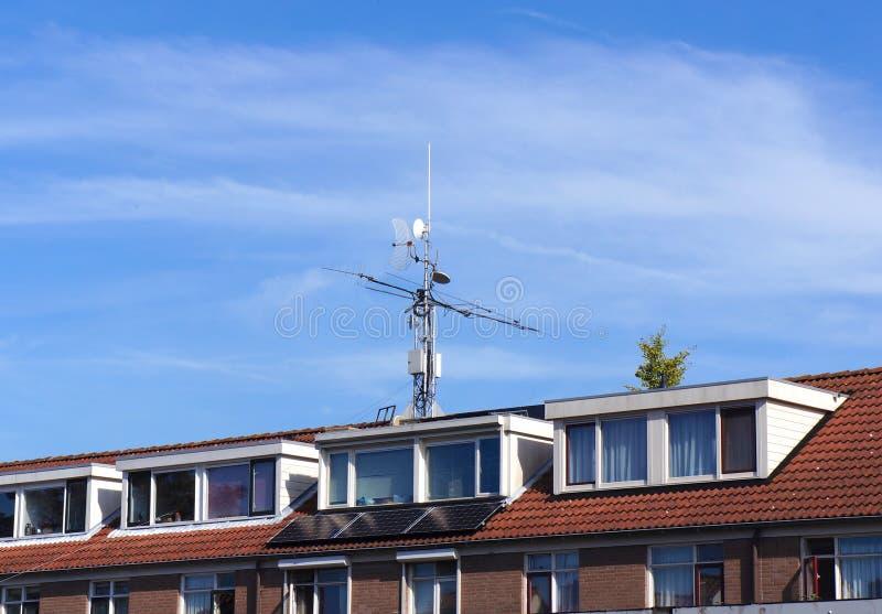Телекоммуникационное оборудование на крыше стоковое фото