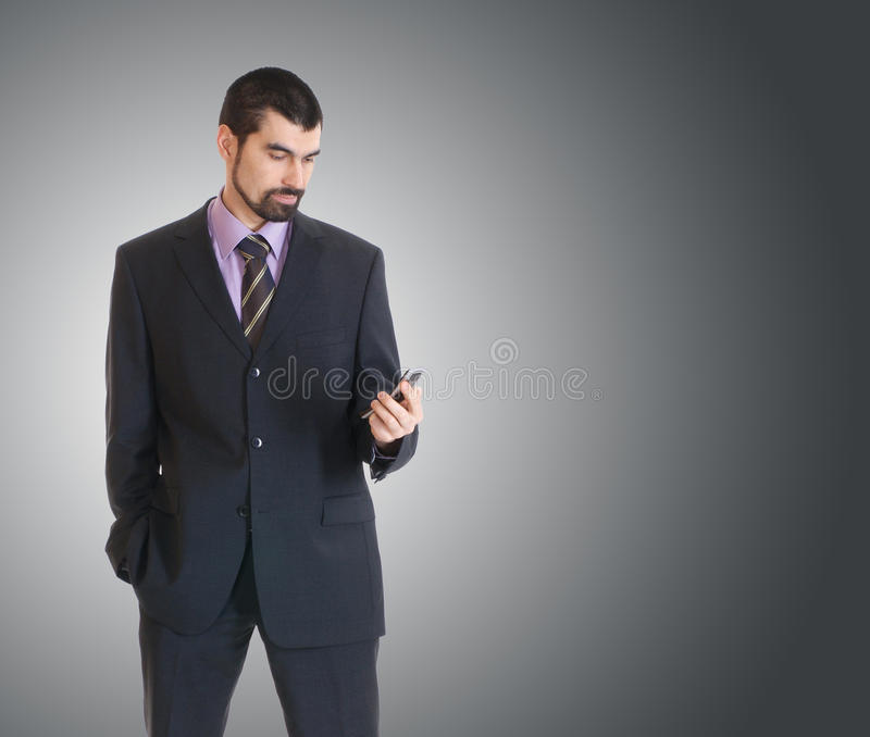 телефон бизнесмена стоя молода стоковые фото