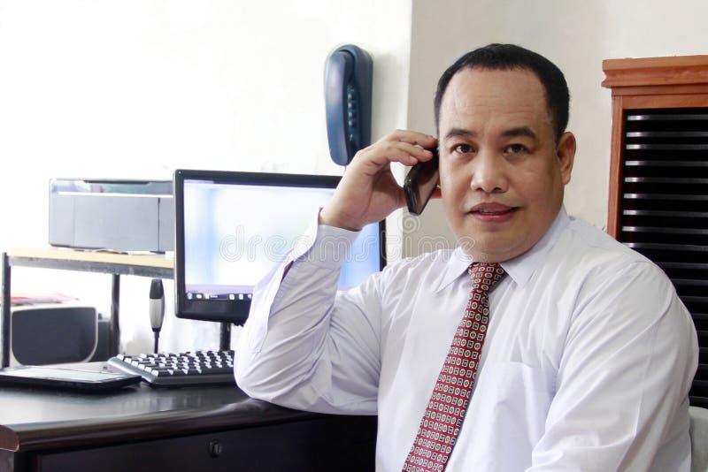 телефон бизнесмена стоковое фото