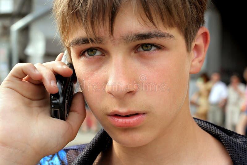 телефон говорит подросток стоковые фотографии rf
