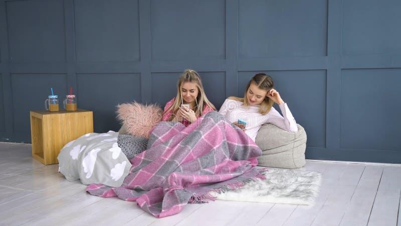 Телефон девушки образа жизни наркомании бесполезного отдыха онлайн стоковое изображение rf