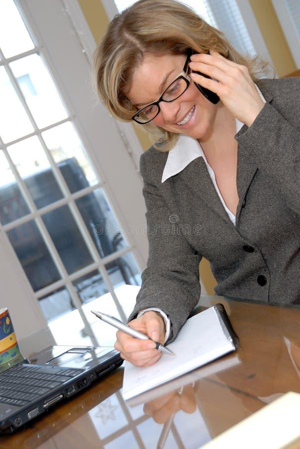 телефон девушки счастливый стоковое изображение rf