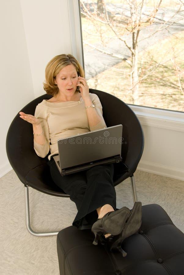 телефон домашнего офиса объяснения стоковые фото