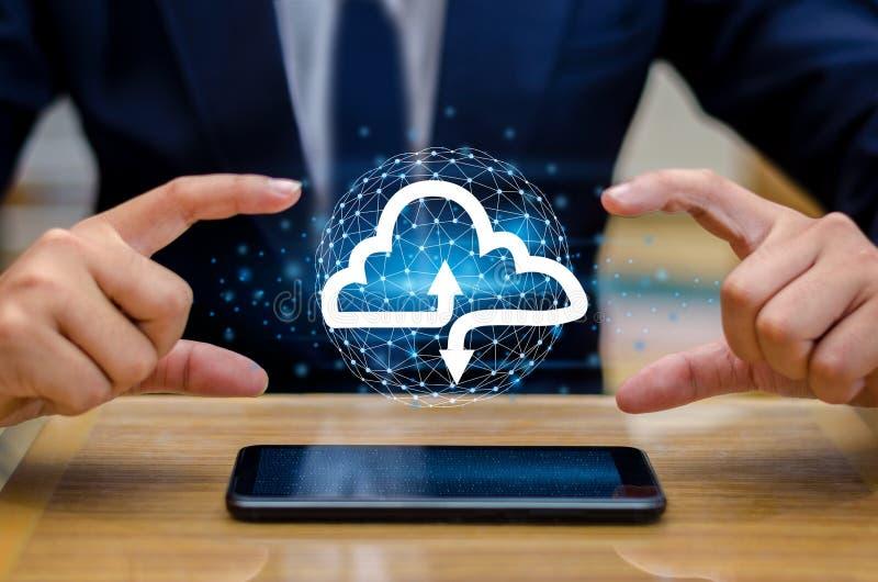 Телефон клавиатуры печати руки отжимает входит кнопку на бизнесмене руки компьютера соединяет облако собирает концепцию облака да стоковые фото
