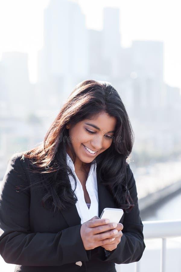 телефон коммерсантки индийский texting стоковое фото