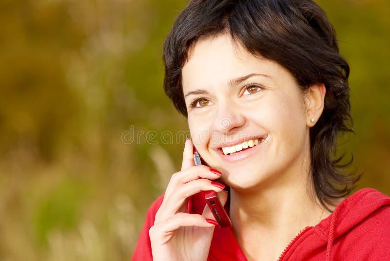 телефон парка девушки говорит стоковое изображение
