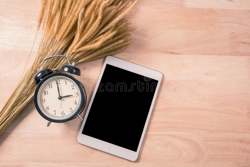 Телефон ретро будильника и цифрового планшета умный на деревянной предпосылке стоковые изображения rf