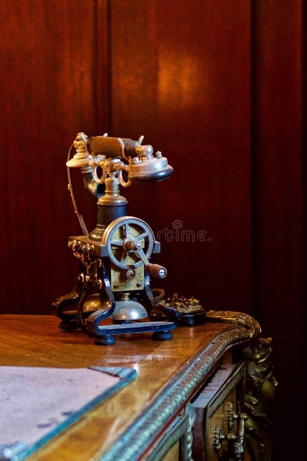 Телефон ретро стиля античный, на стильном старом столе стоковое изображение rf
