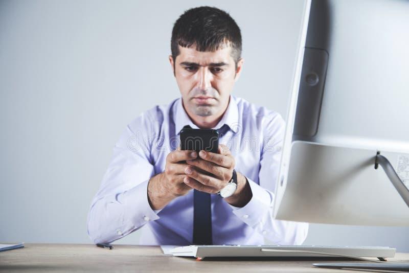 Телефон руки человека стоковое фото