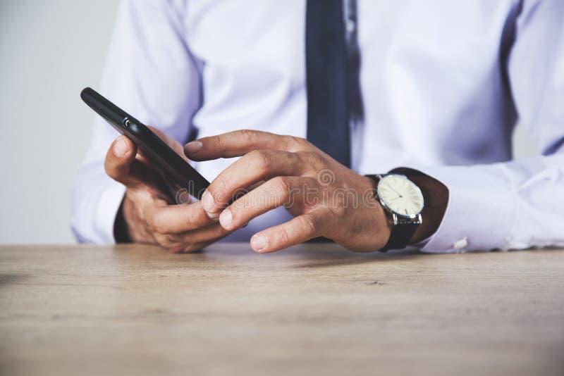 Телефон руки человека стоковая фотография rf