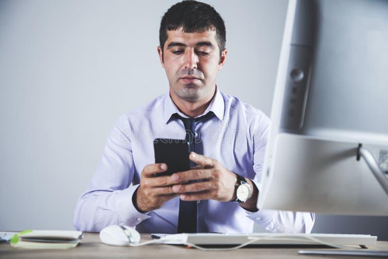 Телефон руки человека стоковое изображение