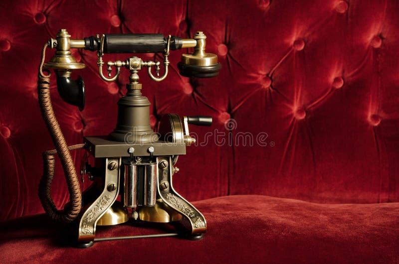 Телефон сбора винограда ретро на кресле стоковые фото