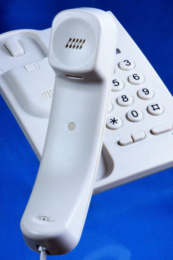 Телефон, связанный проволокой рабочий стол Телефон - прибор для передавать и получать звук над длинными расстояниями на телефонно стоковые изображения