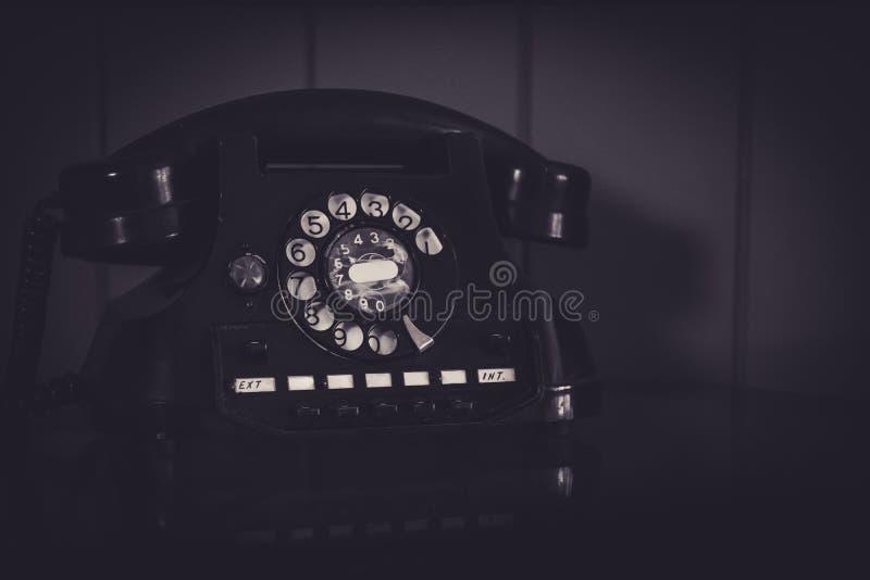 Телефон старой, ретро и винтажной наземной линии роторный, несенный-вне с трассировками обработки использования, творческих и кин стоковая фотография rf