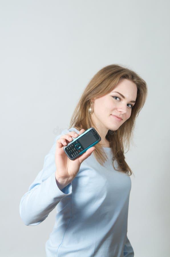 телефон удерживания девушки клетки стоковые фото