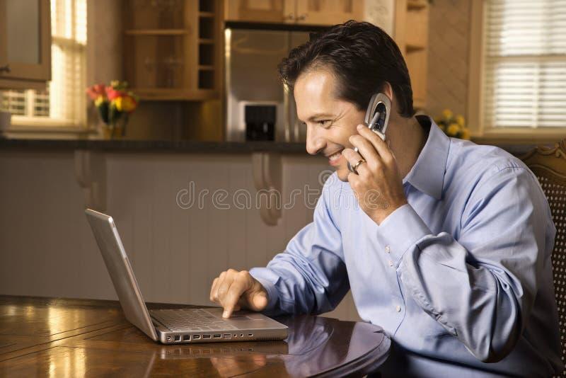 телефон человека компьтер-книжки клетки стоковое изображение rf