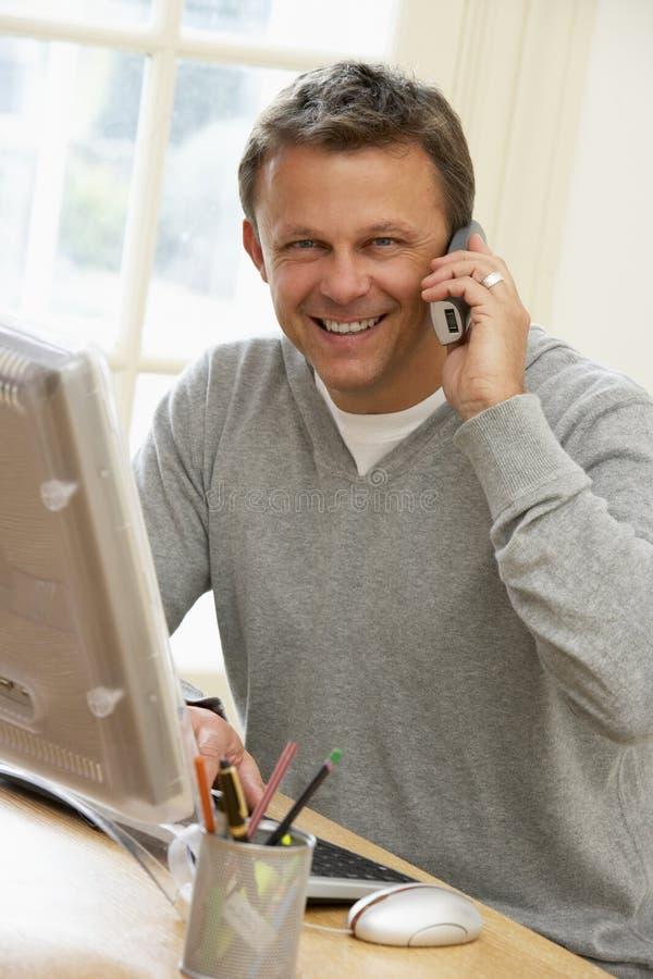 телефон человека компьютера говоря использующ стоковые изображения