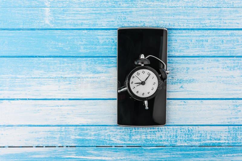 Телефон черного большого экрана умный с отражением и двойным колоколом ретро стоковая фотография rf