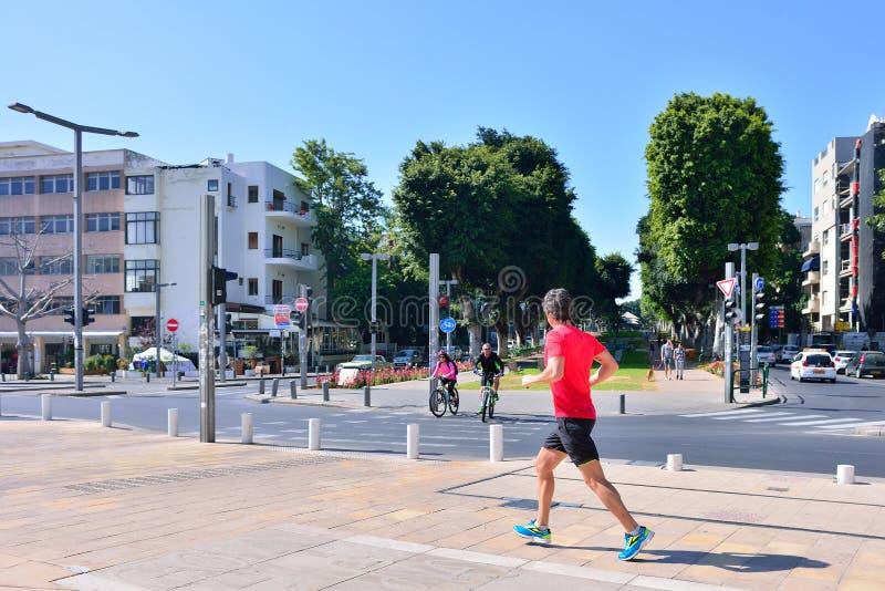 ТЕЛЬ-АВИВ, ИЗРАИЛЬ - АПРЕЛЬ 2017: Городской пейзаж бульвара Rothschil стоковое фото rf