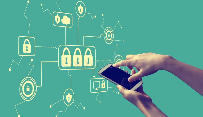 Тема безопасностью кибер со смартфоном удерживания человека бесплатная иллюстрация