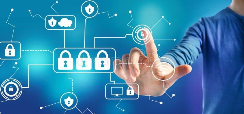 Тема безопасностью кибер с человеком стоковая фотография