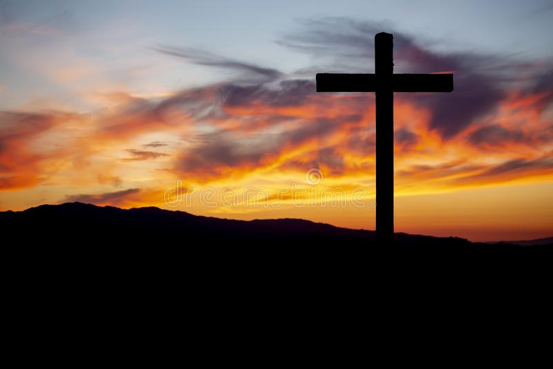 Тема вероисповедания, католический крест и заход солнца стоковое фото rf