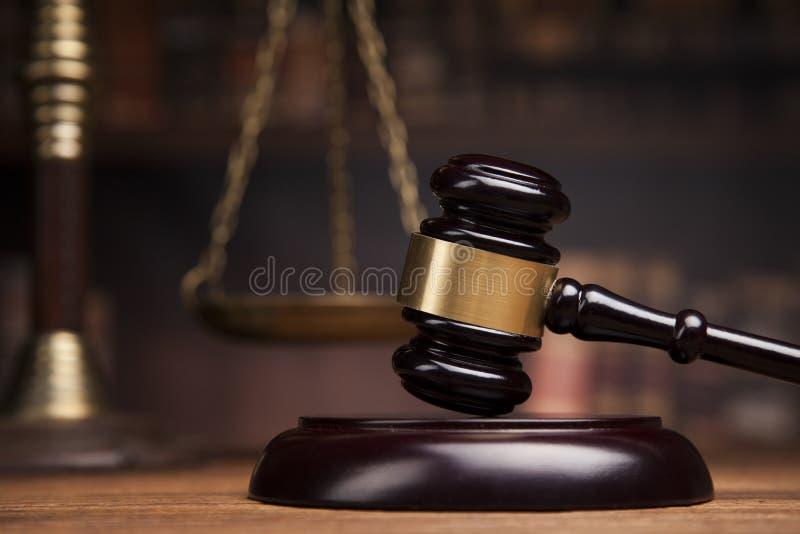 тема закона, мушкел судьи, масштаб правосудия, книги, деревянный des стоковые изображения rf