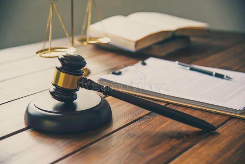 Тема закона, мушкел судьи, работники правоохранительной службы, eviden стоковые фотографии rf
