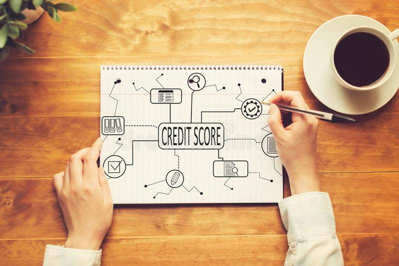 Тема кредитного рейтинга с человеком писать в тетради стоковые фото