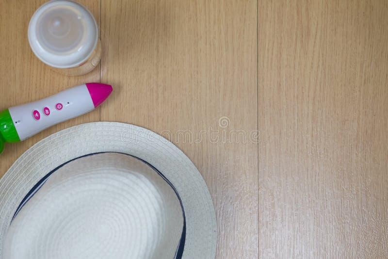 Тема перемещения ребенка со шляпой, бутылкой молока и ручкой стоковая фотография rf