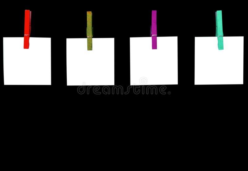 Тема план-графика Пустые списки белой бумаги приколотые с зажимками для белья изолированными на черной предпосылке Пустые карты б стоковая фотография rf