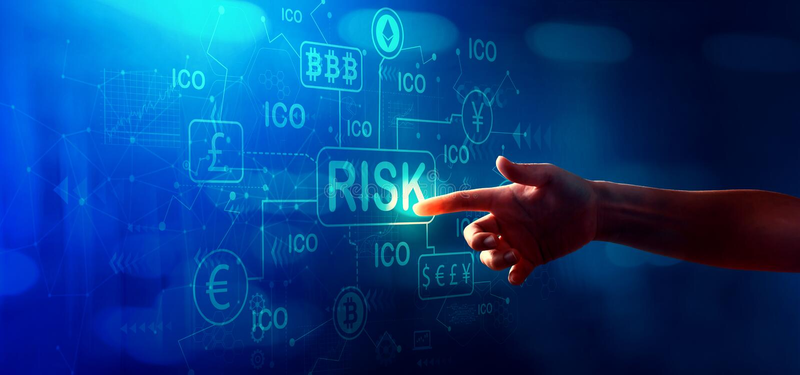 Тема риска Cryptocurrency ICO с отжимать руки кнопка стоковые фотографии rf