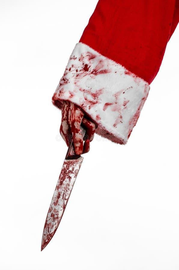 Тема рождества и хеллоуина: Руки Санты кровопролитные безумца держа кровопролитный нож на изолированной белой предпосылке стоковое изображение rf