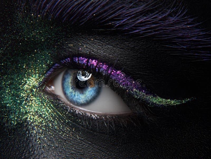 Тема состава макроса и конца-вверх творческая: красивые глаза женщины стоковая фотография