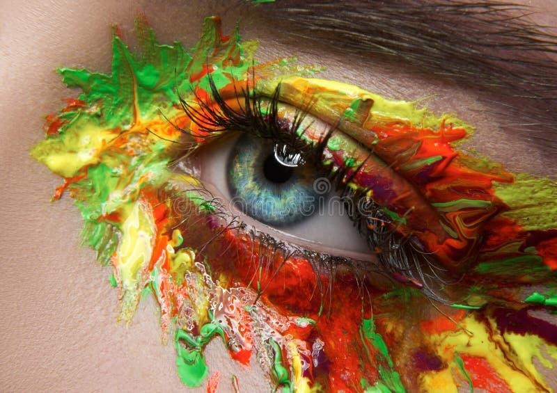 Тема состава макроса и конца-вверх творческая: красивые глаза женщины стоковые изображения rf