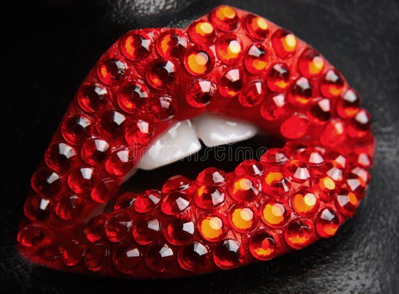 Тема состава макроса и конца-вверх творческая: красивые женские губы стоковые изображения rf