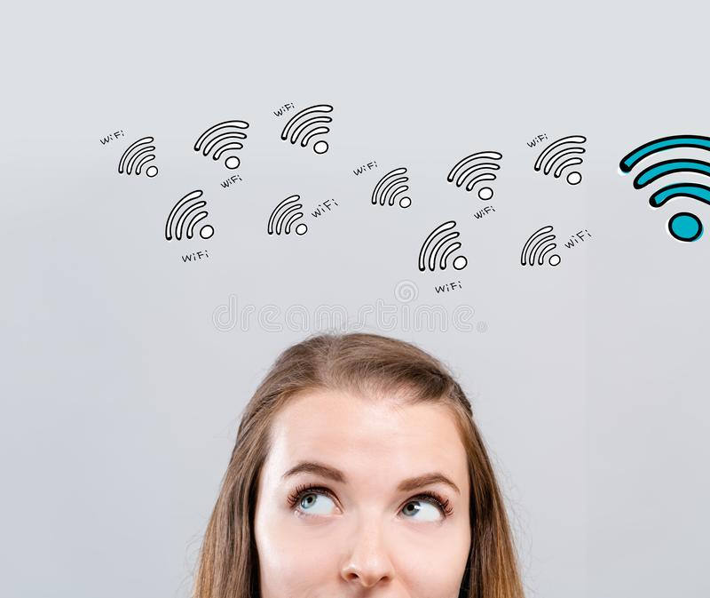Тема WiFi с молодой женщиной стоковое изображение rf