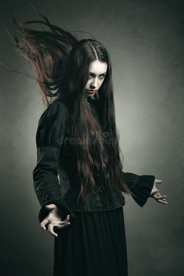Темная ведьма вызывая власти черных стоковые фото