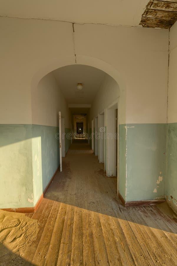 Темная зала в дезертированном здании, Намибия стоковые фото