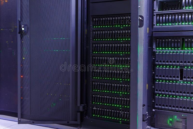 Темная комната сервера современного хранения центра данных с голубыми светами стоковые фотографии rf
