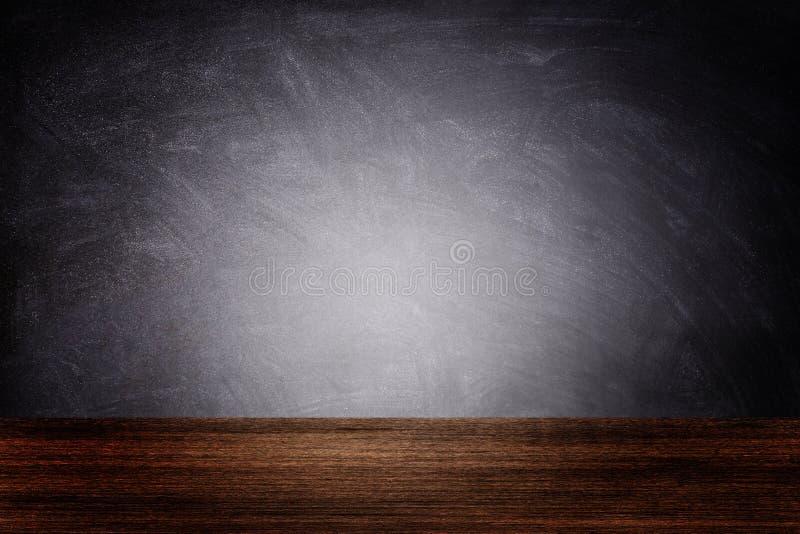 Темная комната Чалкборда или доски с деревянным полом стоковая фотография